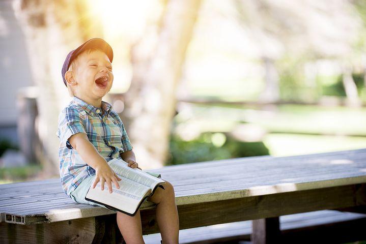 Bimbo ridente