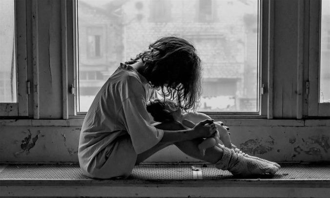 https://pixabay.com/it/photos/donna-solitudine-tristezza-emozioni-1958723/