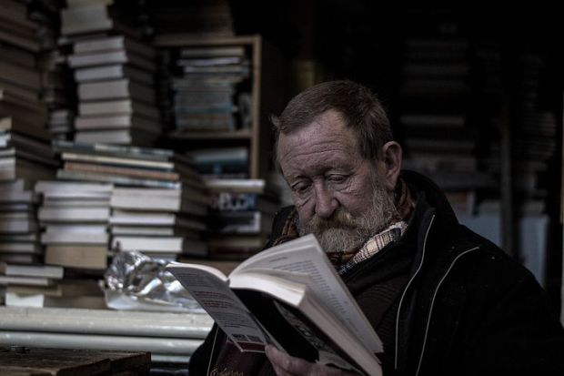 https://pixabay.com/it/photos/lettura-bookworm-uomo-libri-1246520/