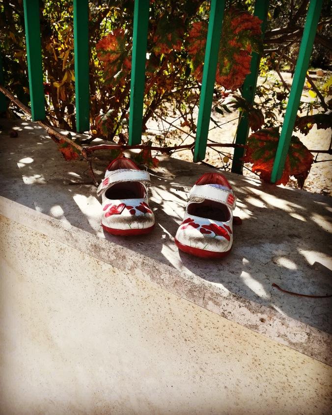 #shoes #scarpine #red #white #lostshoes #abandonedshoes #shoesforkids #saturdaymorning #schuhe #story #mistery #fuoritempofuoriluogo #destinazioneblogger #progettoblog #ilsalottodeiblogger #igers #igerspuglia #igersitalia photoby©MariaDomenicaDepalo