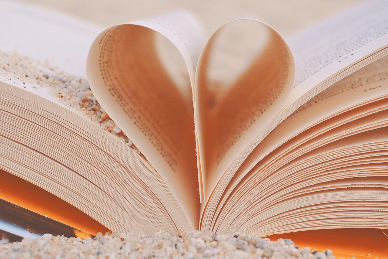 https://pixabay.com/it/photos/libro-cuore-amore-granelli-sabbia-2115176/